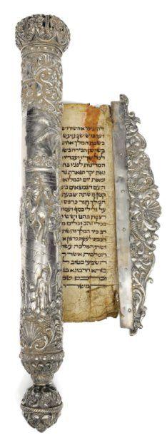 Monumental rouleau d'Esther richement décoré...