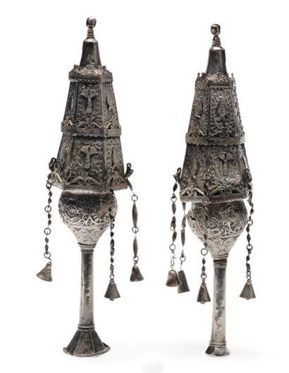 Paire de rimonims en argent, richement décorés....