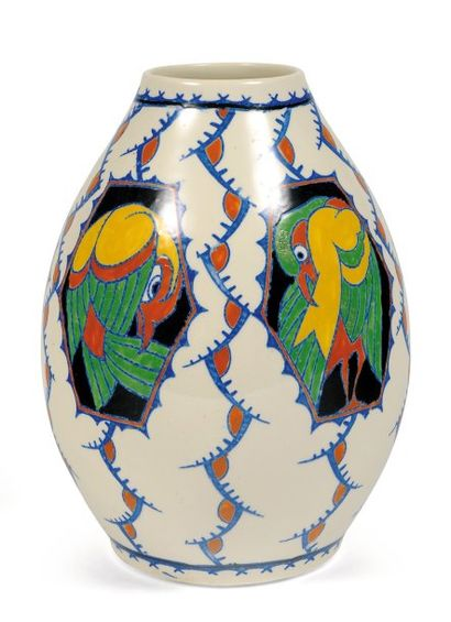 Vase à décor polychrome de perroquets. Polychrome...