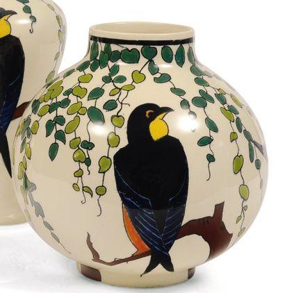 Vase à décor polychrome d'hirondelles stylisées....