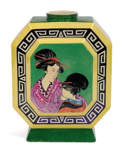 Rare vase de forme géométrique à décor japonais....
