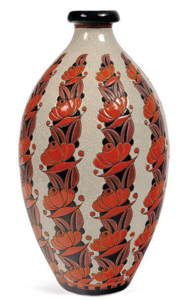 Rare vase à décor tricolore de fleurs stylisées....