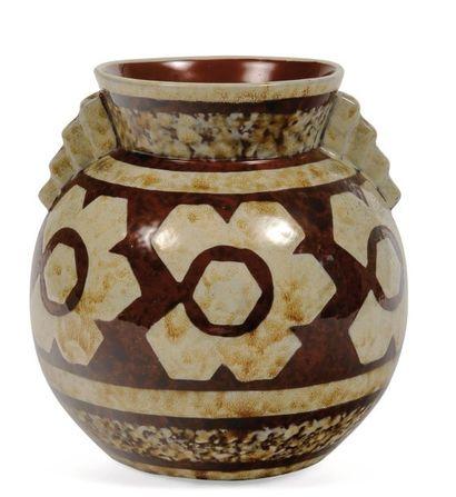 Vase à décor tricolore de motifs floraux...