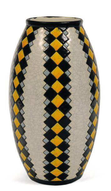 Rare vase à décor polychrome de motifs géométriques....