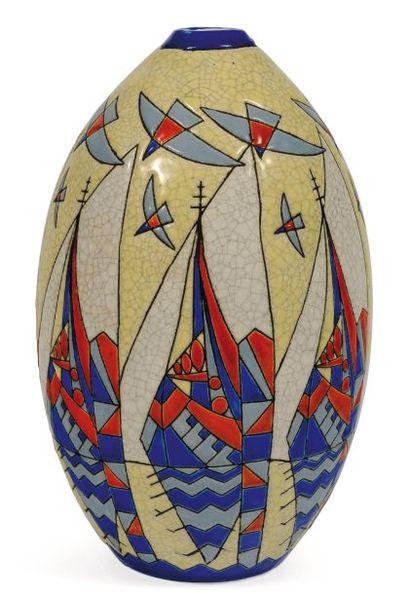 Rare vase à décor polychrome de voiliers...