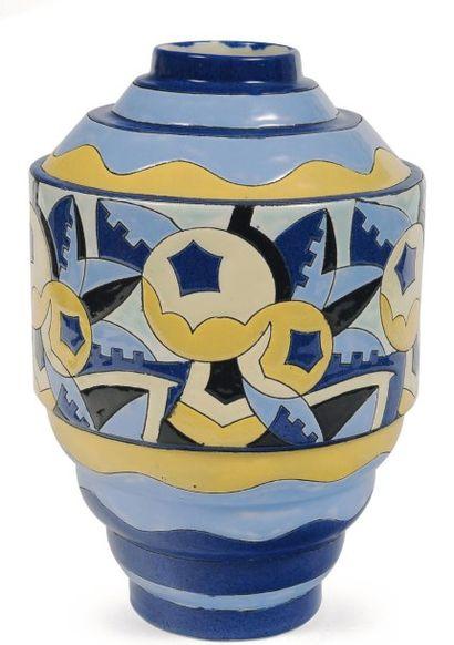 Rare vase de forme géométrique à décor polychrome...