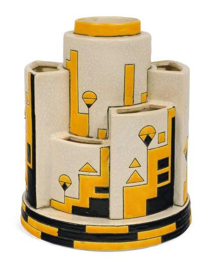 Rare vase à décor tricolore de motifs géométriques....