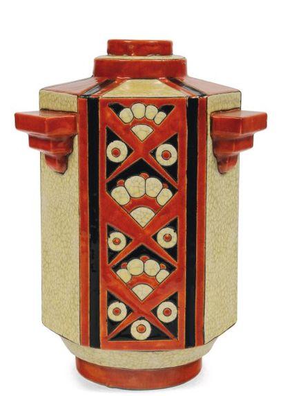 Rare vase à décor tricolore de motifs floraux...