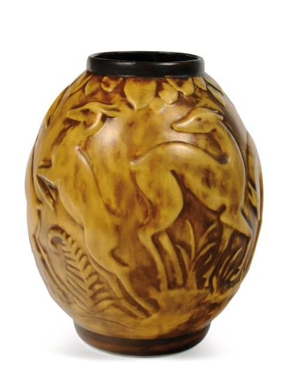 Vase bicolore à décor en relief réalisé à...