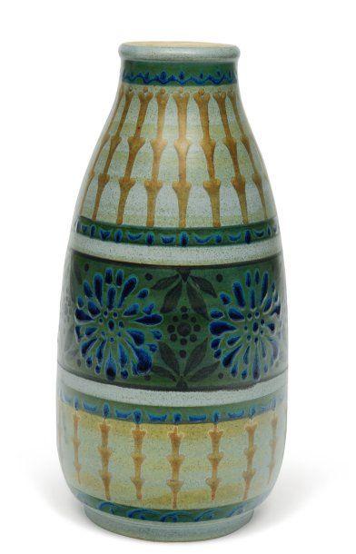 Vase à décor polychrome de rosettes et de...