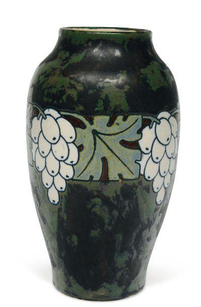 Vase à décor tricolore de grappes de raisin...