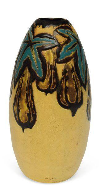 Vase à décor polychrome de fruits, de figues...
