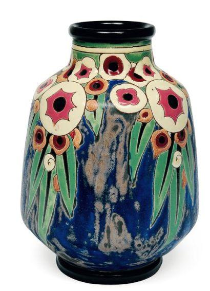 Rare vase à décor polychrome de motifs floraux...