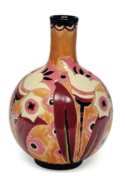 Rare vase à décor polychrome de motifs floraux....