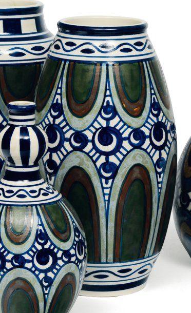 Rare vase à décor polychrome de feuilles...