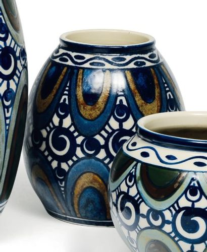 Rare vase à décor polychrome rare de feuilles...