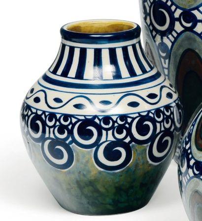 Vase à décor géométrique polychrome. Rare...