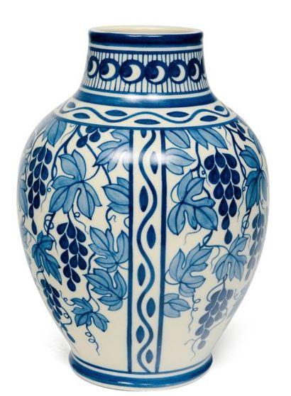 Vase à décor bicolore de grappes de raisin...