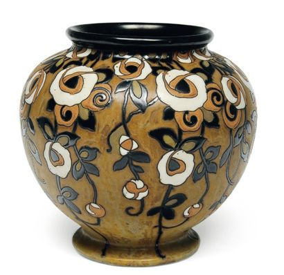 Vase à décor polychrome de rosiers grimpants,...