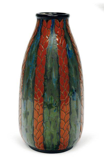 Vase à décor tricolore de feuilles stylisées....
