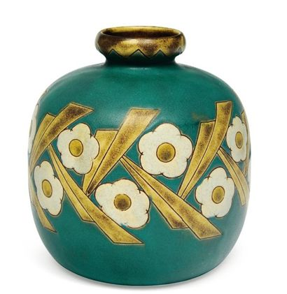 Vase à décor polychrome de motifs floraux...