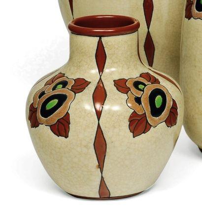 Vase à décor tricolore de fleurs et de feuilles...