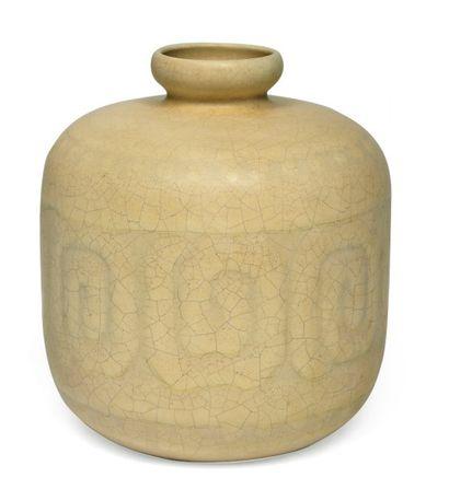 Rare vase à décor, portant la signature et...
