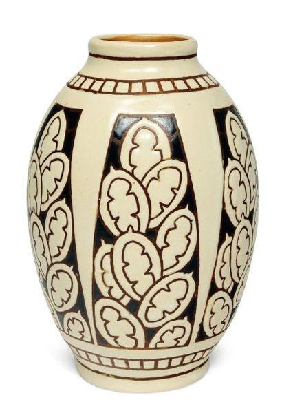 Vase à décor tricolore de raquettes de cactus...
