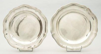 Deux plats ronds en argent à bordures de...