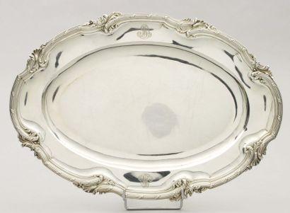 Grand plat ovale en argent. Bordure à contours...