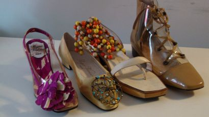 Ensemble de douze souliers dont : trois escarpins...