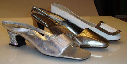 Ensemble de douze escarpins, sandales à bride...