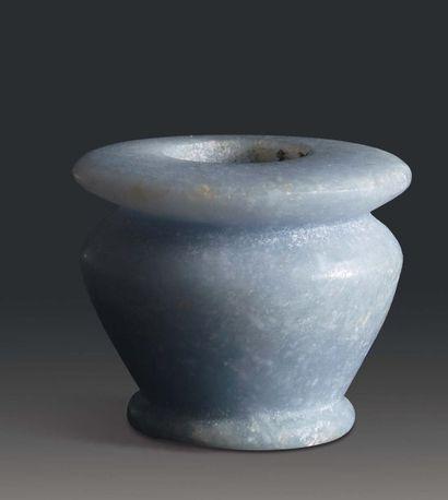 Vase à kohol à panse carénée reposant sur...