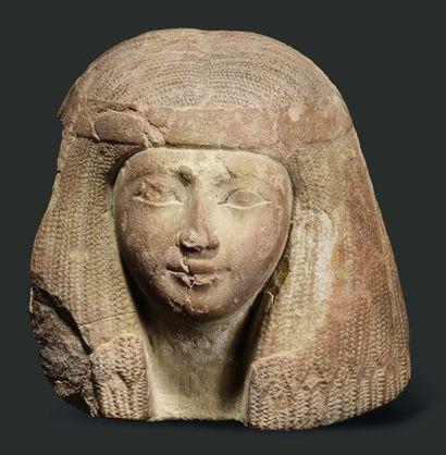 Tête de femme. Grande tête de statue représentant...