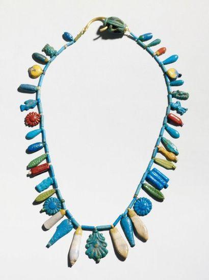 Lot composé de trente-huit perles pendentifs...