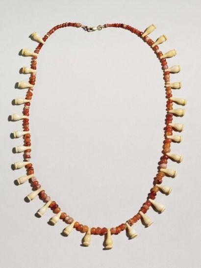 Collier formé de trente et une perle en forme...