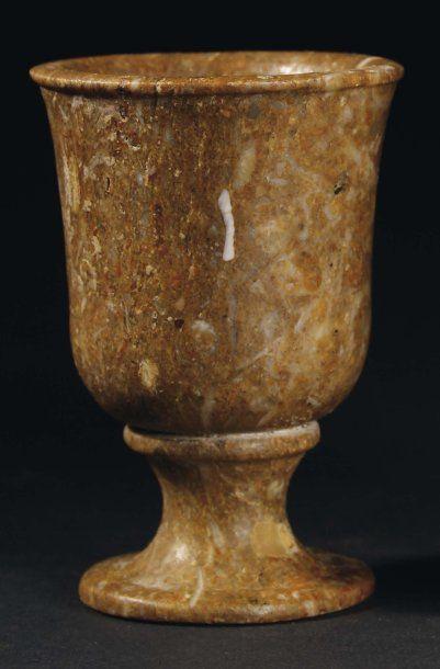Vase calice à panse légèrement évasée reposant...
