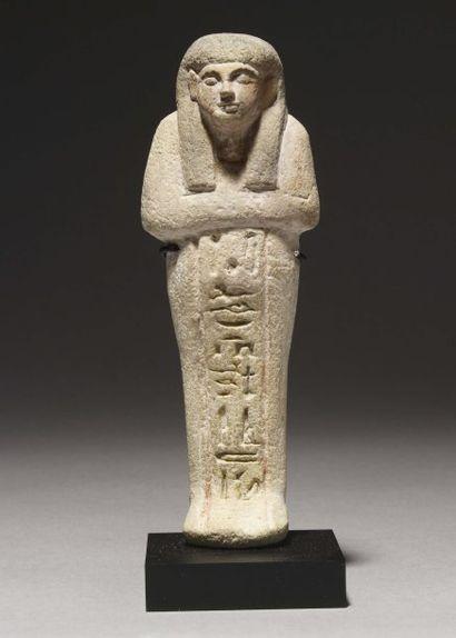 Shaouabti au nom de Néfertiti. Il est momiforme,...
