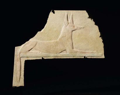 Relief fragmentaire sculpté d'un chacal (probablement...
