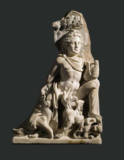 Relief représentant Apollon. Fragment de panneau de sarcophage sculpté du dieu Apollon...