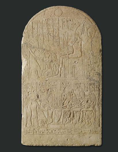 Grande stèle au nom de Néhéh. Stèle cintrée sculptée de deux registres superposés...