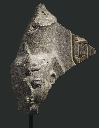 Ramses II . Tête d'un groupe fragmentaire...