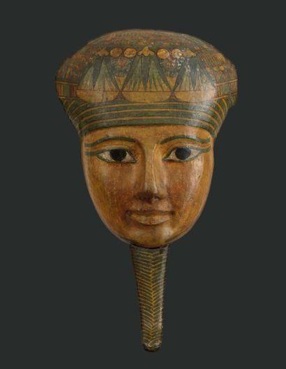 Masque de sarcophage. Il est sculpté du visage...