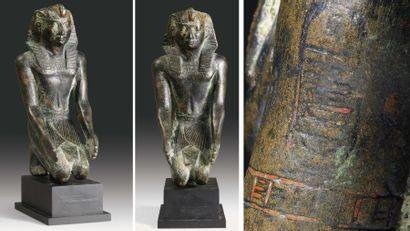 Statuette au nom du roi Psammétique Ier. Rare statuette votive représentant le roi...