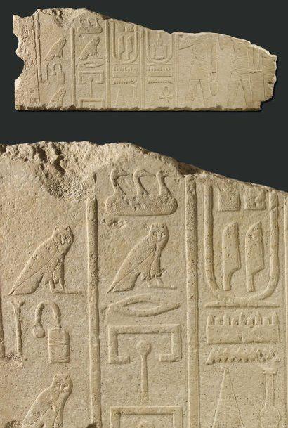 Important relief sculpté à droite de deux...
