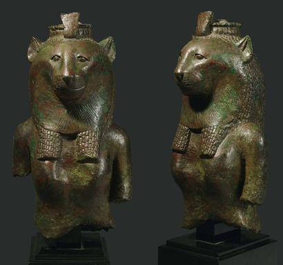 Grand buste de statuette représentant la déess e Ouadjet. Elle est à corps humain...