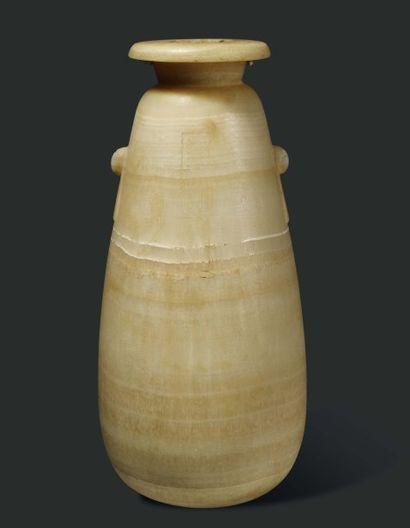Alabastre au nom de Darius Ier. Grand alabastre à panse piriforme gravée d'une colonne...