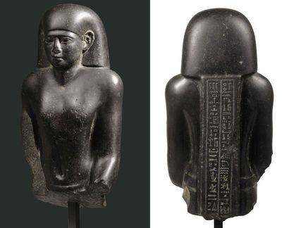 Buste de statue au nom du prêtre Pa-khar-Khonsou. Il représente le prêtre, qui était...