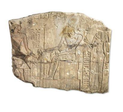 Bas-relief sculpté d'une scène représentant...