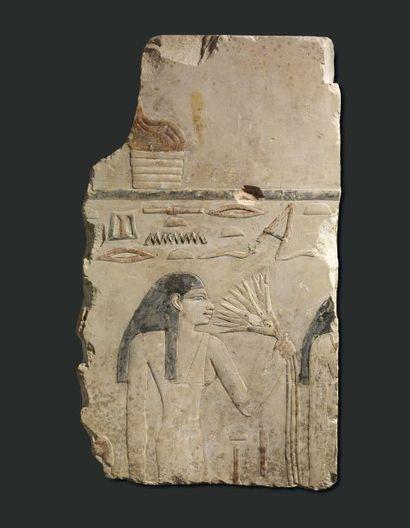 Femme respirant un lotus. Relief sculpté...